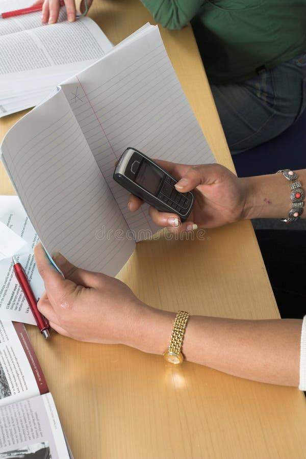 Download Secreta Emitindo Mensagens De Texto Foto de Stock - Imagem de estudante, instrução: 537464