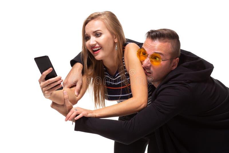 Secretamente escuchando la conversación sobre el teléfono o los postes sociales de la mirada furtiva, mensajes Concepto de la rel foto de archivo libre de regalías