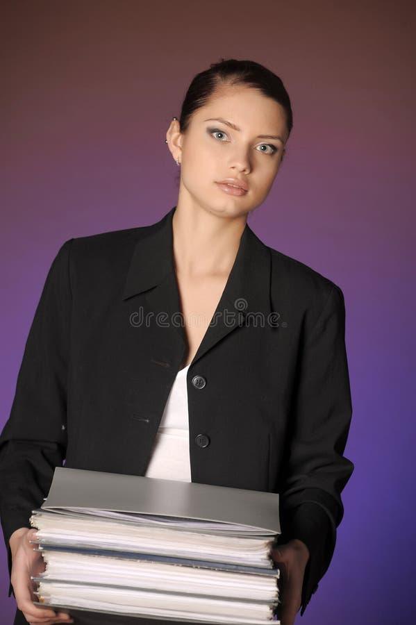 Secretaresse of bedrijfsvrouw met omslagen van documenten stock foto
