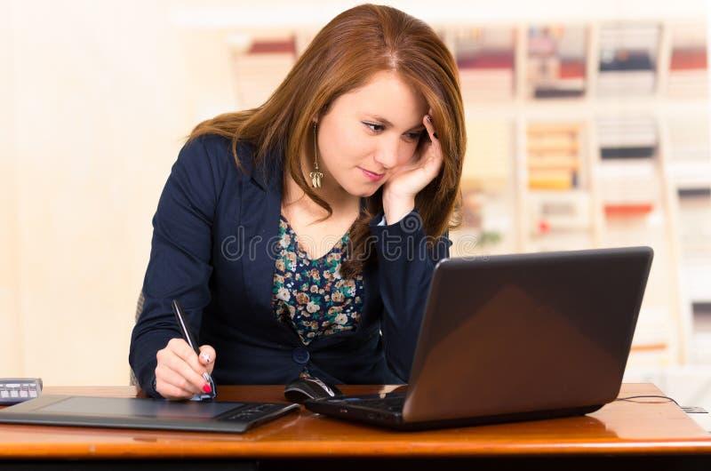Secretaresse die met laptop en tablet werken royalty-vrije stock foto