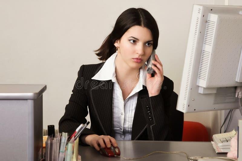 Secretaresse in een bureau stock fotografie