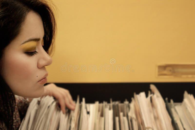 Secretaresse en documenten stock afbeelding