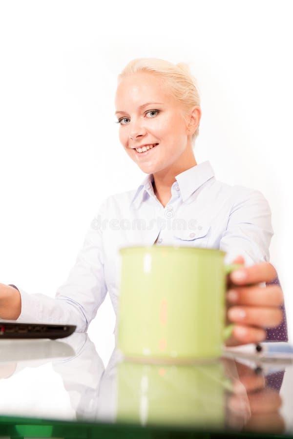 Secretaresse met een kop van koffie stock foto
