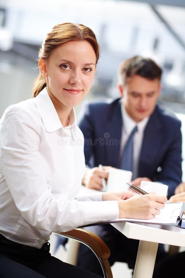 Secretaresse met nota's stock fotografie