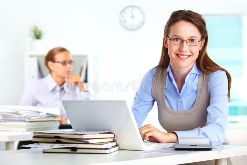 Secretaresse op het werk stock foto