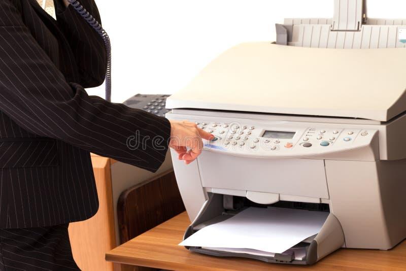 Secretaresse Using Printer /Fax stock afbeeldingen