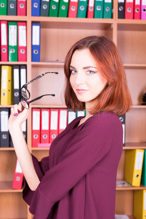 Secretaria bonita sonriente en oficina del th fotos de archivo