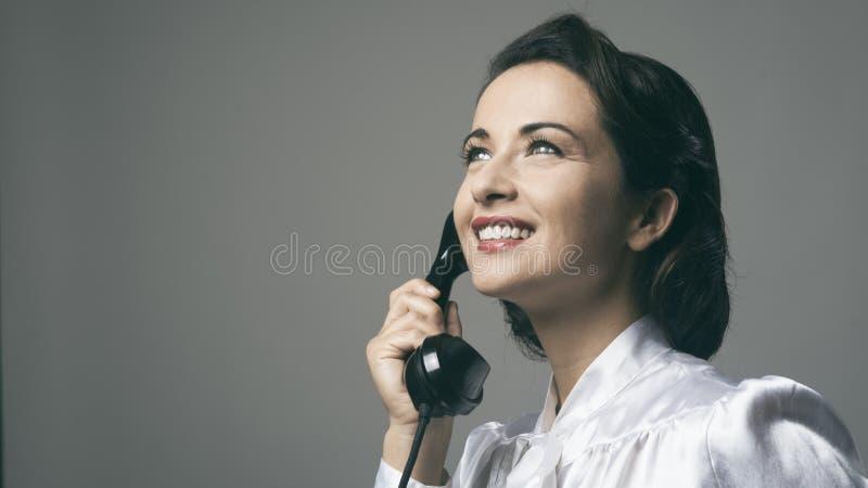 Secretaria confiada del vintage en el teléfono imagen de archivo libre de regalías