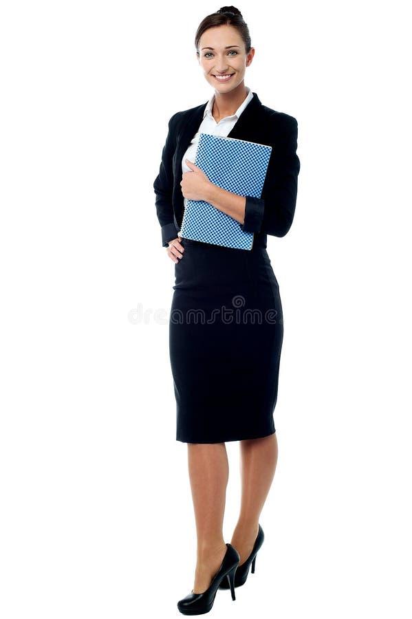 Secretaria de la oficina que presenta con el cuaderno foto de archivo libre de regalías