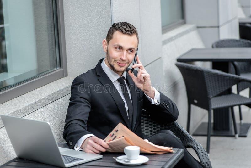 Secretaria de sonido Hombre de negocios que sostiene un periódico y que habla o foto de archivo libre de regalías