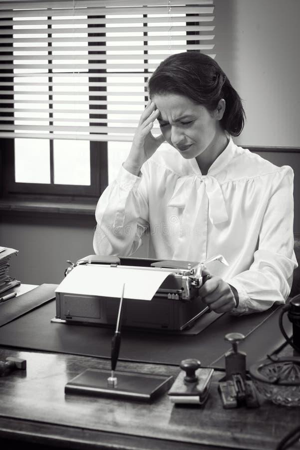 Secretaria del vintage con dolor de cabeza imágenes de archivo libres de regalías