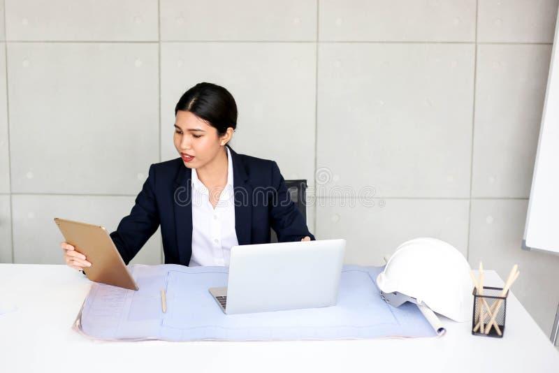 Secretaria hermosa de la mujer de negocios en oficina en el lugar de trabajo, éxito asiático de la mujer para el trabajo confiado imágenes de archivo libres de regalías