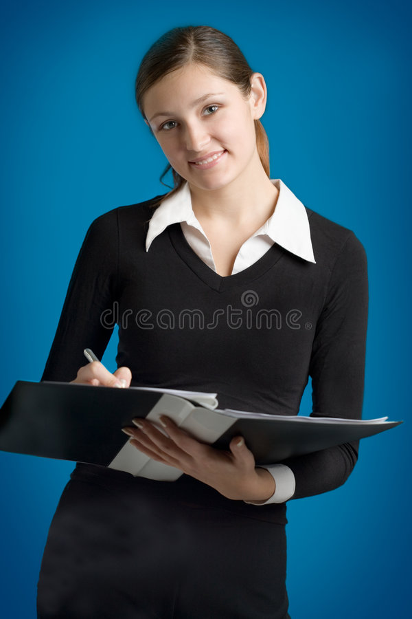 Secretaria o mujer de negocios joven con la pluma y la carpeta imagen de archivo libre de regalías