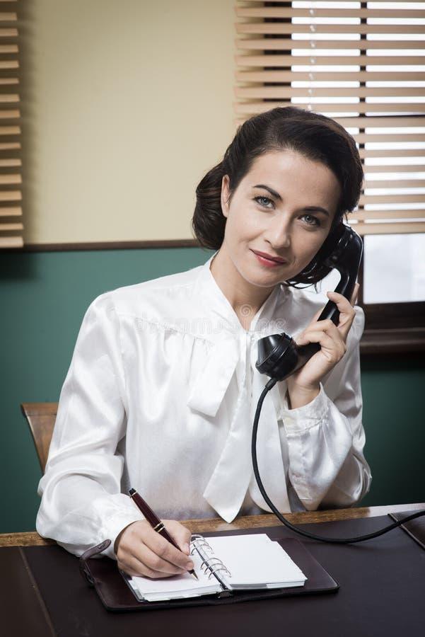 Secretaria profesional del vintage en el teléfono fotografía de archivo libre de regalías