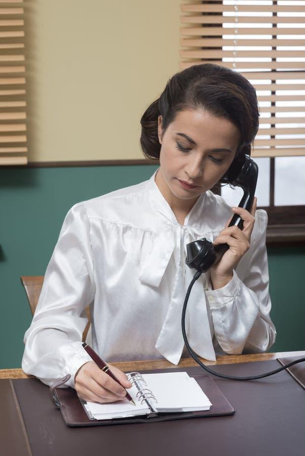Secretaria profesional del vintage en el teléfono fotografía de archivo