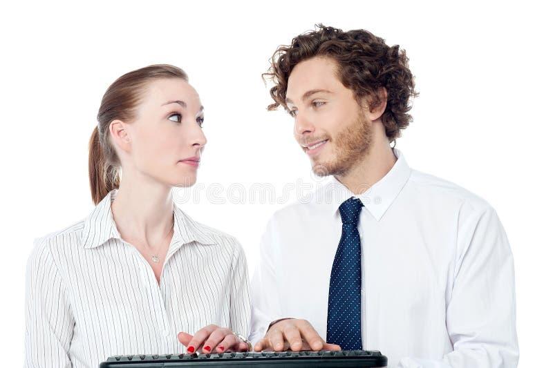 Secretarias jovenes que mecanografían en teclado fotos de archivo libres de regalías