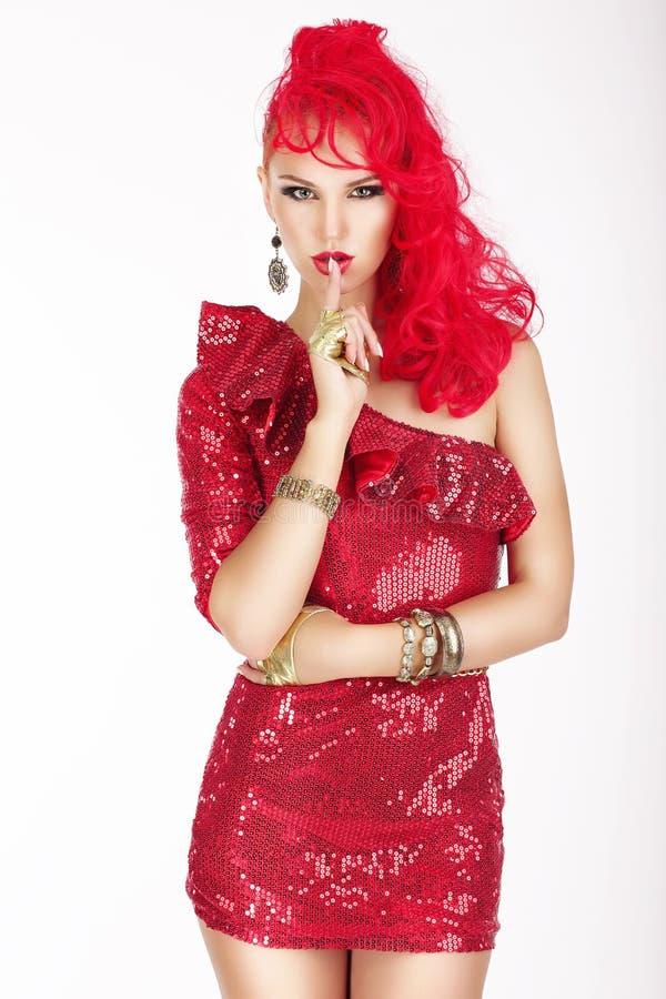 secreto La mujer elegante con el pelo rojo y el vestido que muestra silencio firman ¡Haga callar! foto de archivo libre de regalías