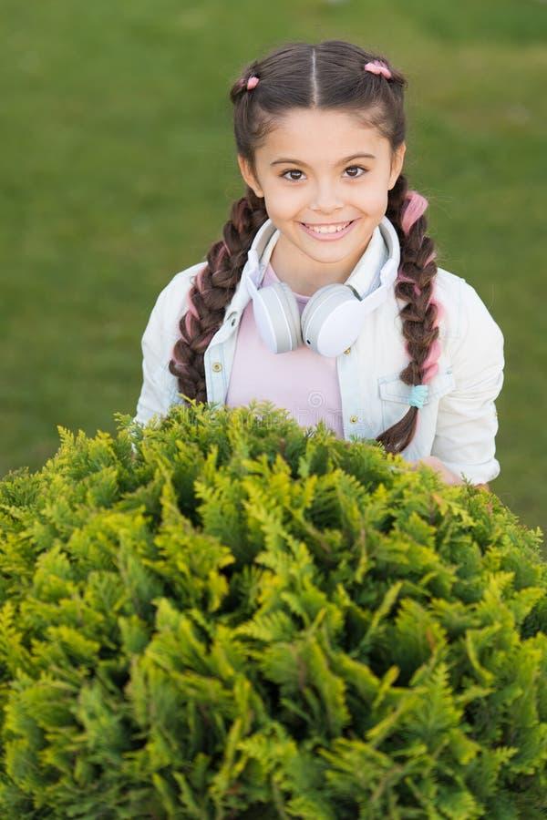 Secrets à élever l'enfant heureux Fond mignon d'herbe verte d'enfant de fille Enfant heureux émotif en bonne santé détendant deho photo stock