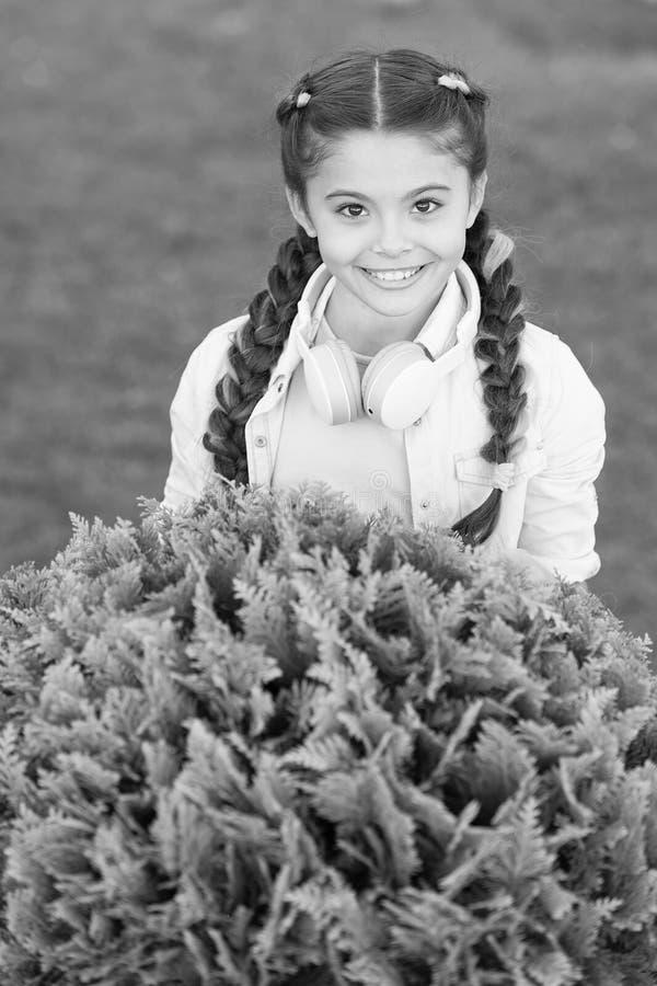 Secrets ? ?lever l'enfant heureux Fond mignon d'herbe verte d'enfant de fille Enfant heureux ?motif en bonne sant? d?tendant deho images libres de droits