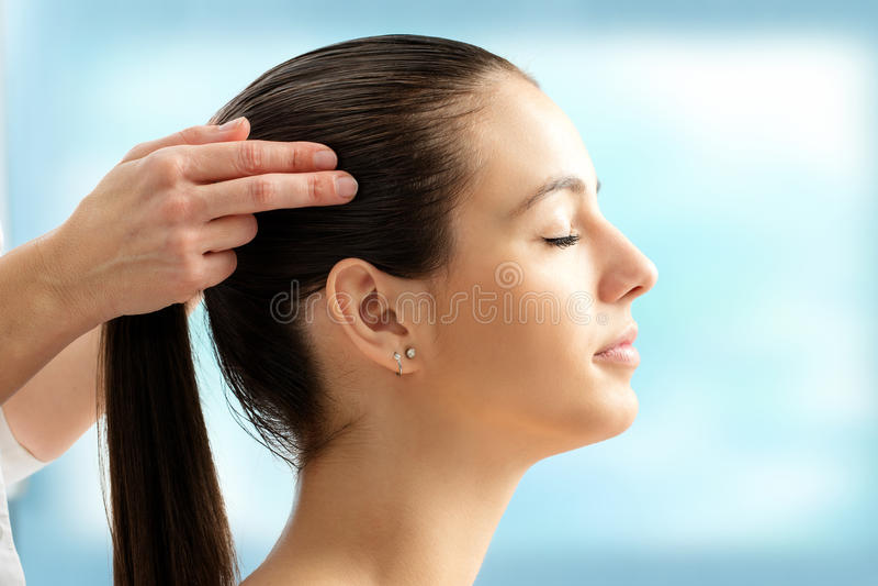 Secteur émotif émouvant de tension de mains sur la tête femelle images stock