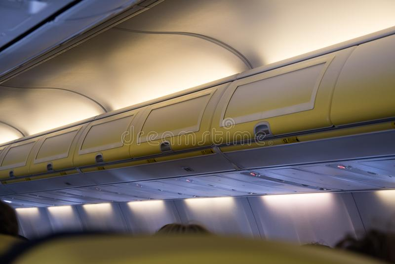 Secteur aérien intérieur et compartiments de bagage d'avion images stock