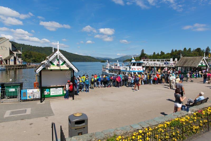 Secteur anglais Bowness de lac de vacanciers et de visiteurs de touristes sur Windermere Cumbria Angleterre R-U photo stock