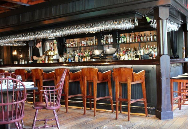 Secteur attrayant de barre de restaurant avec les tabourets en bois pour asseoir, auberge de Colgate, Hamilton, New York, 2019 photographie stock libre de droits