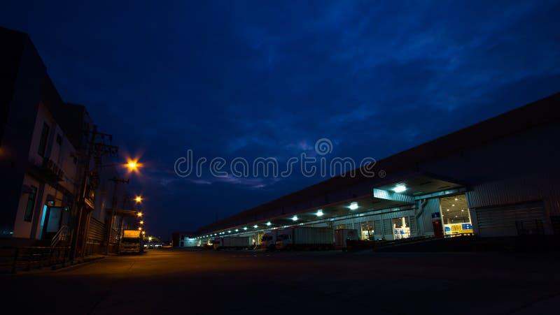 Secteur d'entrepôt de ciel et de lumière de soirée images libres de droits