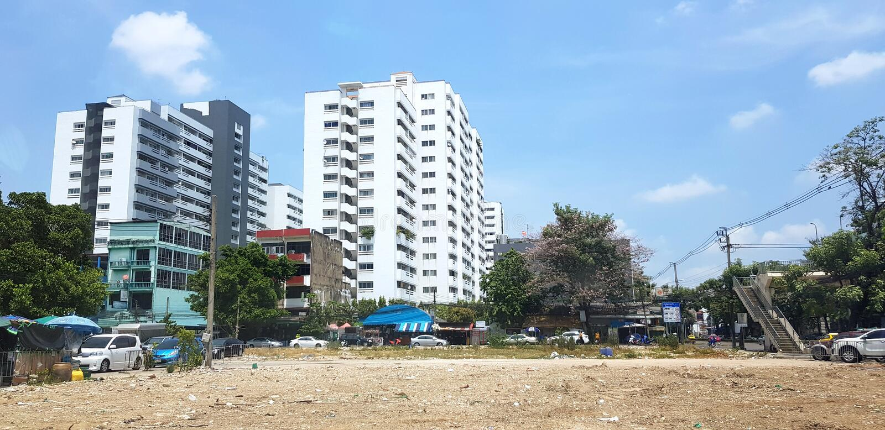 Secteur d'espace libre de terre avec des beaucoup voiture, arbre, haut bâtiment et ciel bleu avec les nuages et le fond de ciel b photo libre de droits