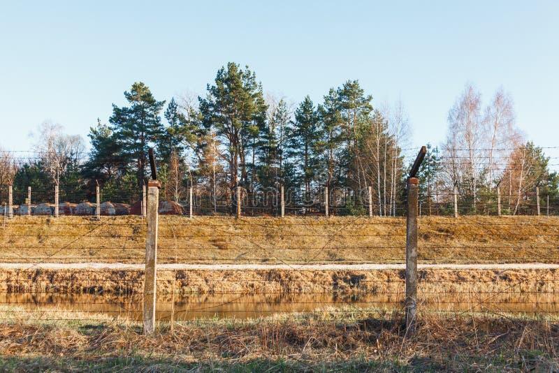 Secteur dangereux clôturé avec la barrière de barbelé image libre de droits