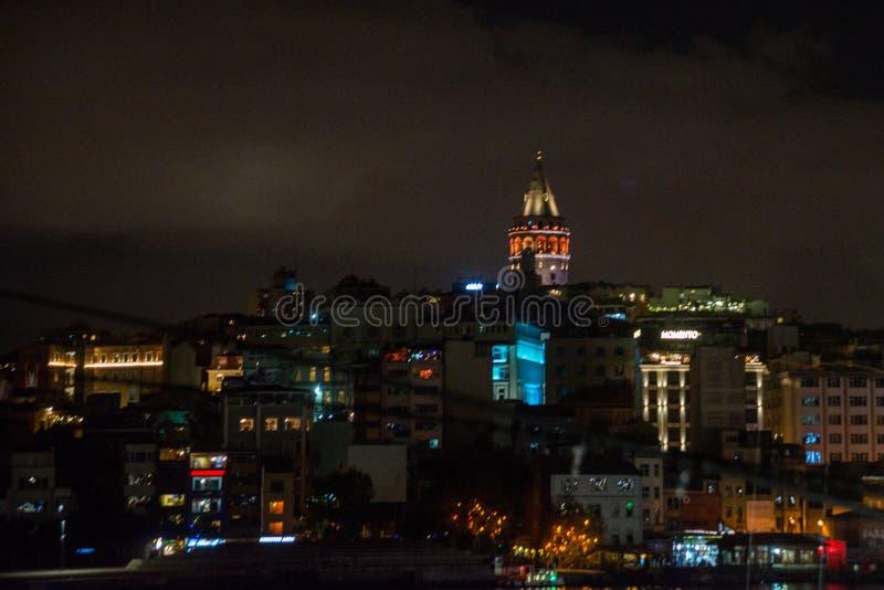 Secteur de Galata ou de Beyoglu d'Istanbul la nuit, Turquie C'est l'un des endroits de touristes principaux à Istanbul Beau panor photos stock