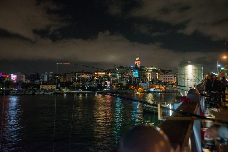 Secteur de Galata ou de Beyoglu d'Istanbul la nuit, Turquie C'est l'un des endroits de touristes principaux à Istanbul Beau panor images libres de droits