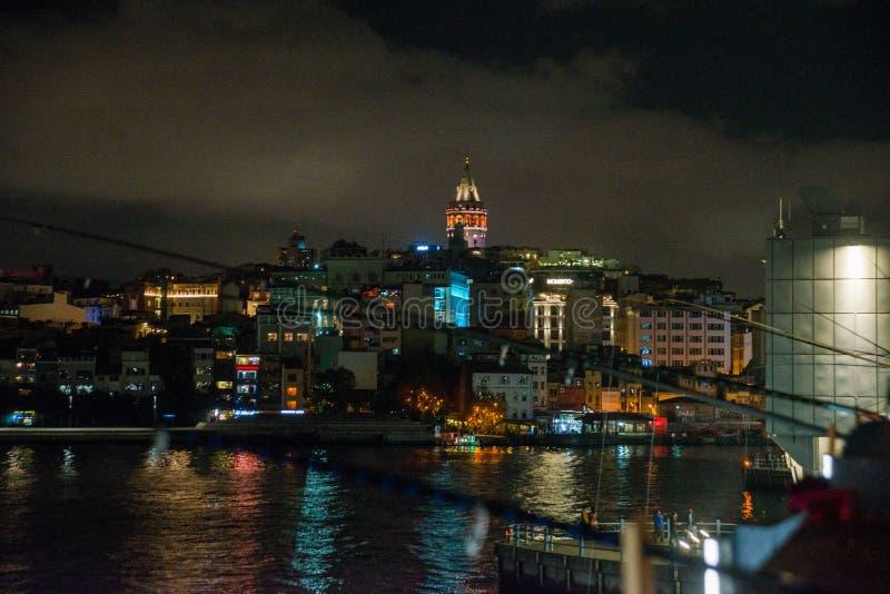 Secteur de Galata ou de Beyoglu d'Istanbul la nuit, Turquie C'est l'un des endroits de touristes principaux à Istanbul Beau panor photos libres de droits