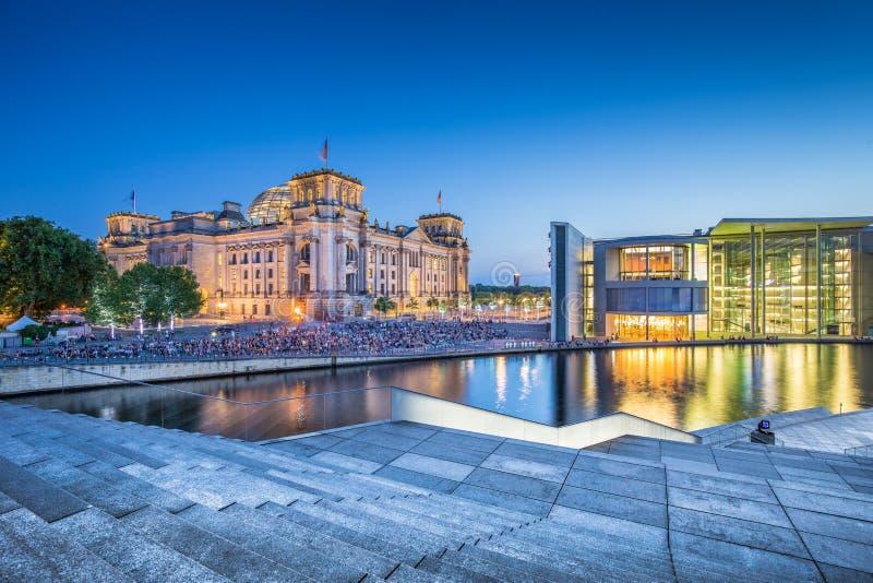 Secteur de gouvernement de Berlin avec le bâtiment de Reichstag au crépuscule, Allemagne image stock