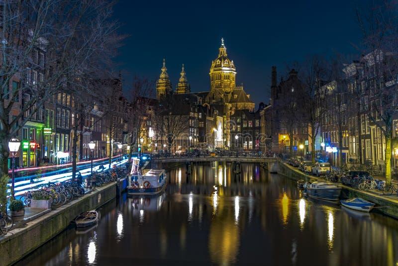 Secteur de lumière rouge d'Amsterdam la nuit, canal de Singel photos libres de droits