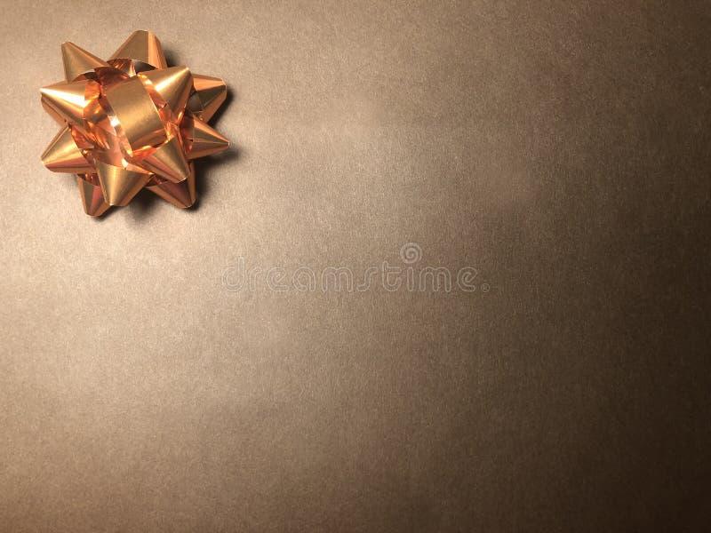 Secteur de message sans texte avec l'ornement en tant que l'étoile, le papier de note ou cadre lumineux sur le fond foncé et brun image stock