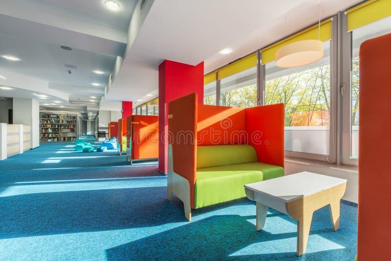 Secteur de salon de bibliothèque avec des sofas photo libre de droits