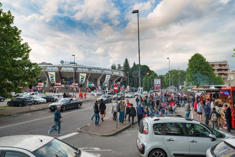 Secteur devant la salle de gymnastique avant un match, des fans et des marchands ambulants, Varèse, Italie photo libre de droits