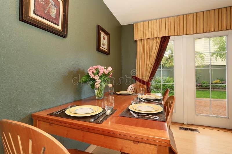 Secteur dinning simple avec la cuisine reliée images stock