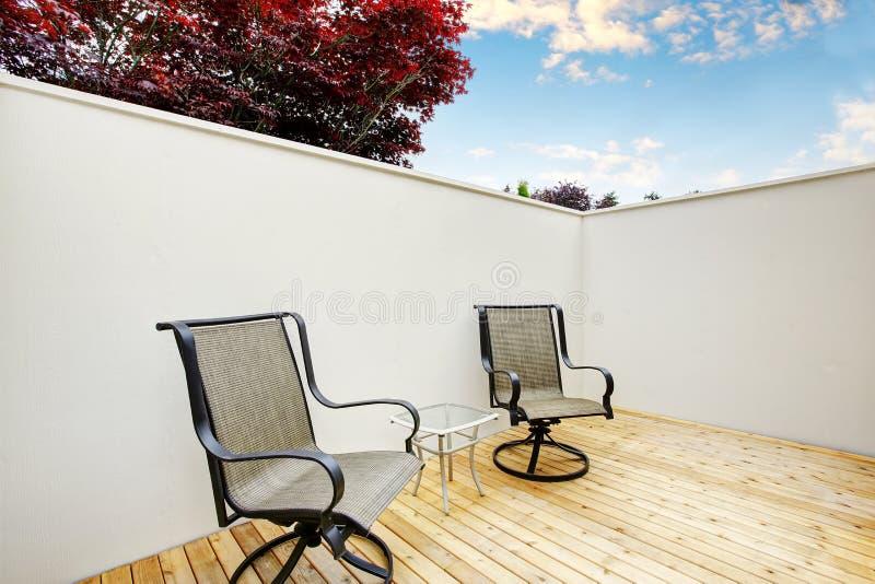 Download Secteur Fermé De Patio Avec Deux Chaises Et Plancher En Bois Image stock - Image du appartement, brun: 76081151