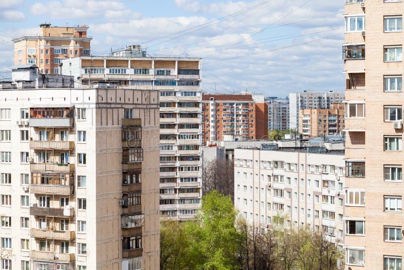 Secteur résidentiel urbain dans le jour ensoleillé photo stock