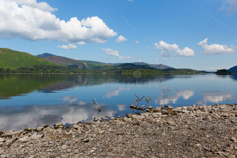 Secteur R-U de lac water de Derwent au sud jour d'été ensoleillé calme de ciel bleu de Keswick de beau photos libres de droits
