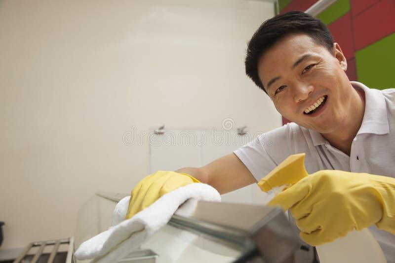 Secteur servant de nourriture de nettoyage de travailleur de cafétéria photographie stock