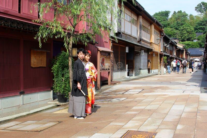 Secteur traditionnel de chaya de Higashi d'habillement de jeunes couples japonais, Kanazawa, Japon photographie stock