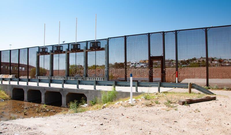 Sectie van internationale grensmuur in El Paso stock afbeeldingen