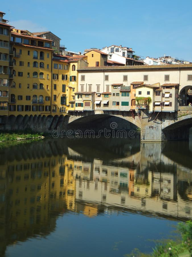 Sectie van Ponte Vecchio in Florence, Italië, in het water van de Arno-rivier wordt weerspiegeld die stock foto's