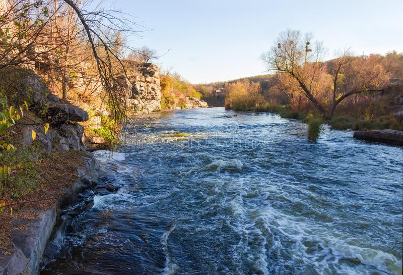 Section de rivière avec le rivage rocheux à l'automne en retard images libres de droits