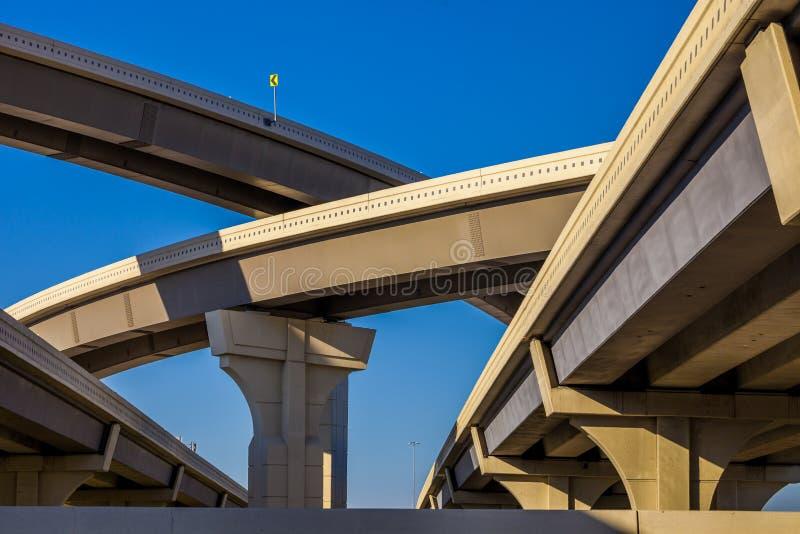 Section de route élevée avec plusieurs niveaux contre un ciel bleu lumineux à Houston, le Texas image libre de droits