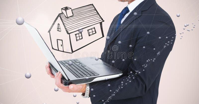 Section médiane d'homme d'affaires tenant l'ordinateur portable avec la maison dessinée à l'arrière-plan photos stock