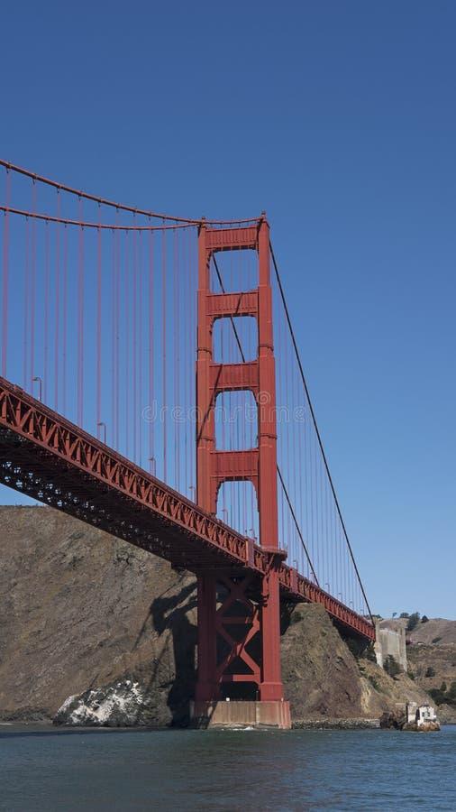 Section verticale de la suspension et de la vue de la tour du nord de golden gate bridge iconique, San Francisco, la Californie,  images stock